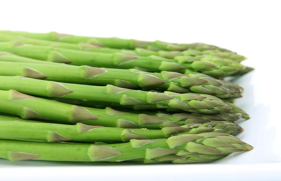 Спаржа - один из продуктов, содержащих больше всего фолиевой кислоты (34%)