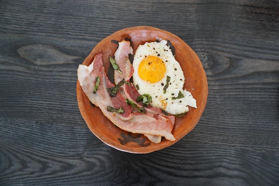 Продукты, богатые метионином - яйца и мясо.