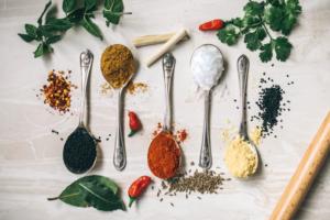 12 мощных аюрведических трав и специй с пользой для здоровья